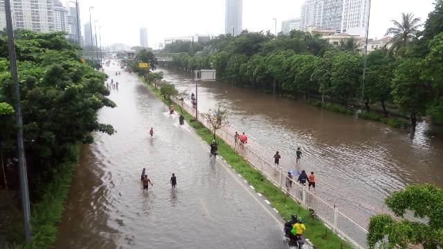 https: img.okezone.com content 2020 02 28 338 2175452 bnpb-ada-88-titik-pengungsian-banjir-di-jabodetabek-dan-karawang-KOh529dYsg.jpg