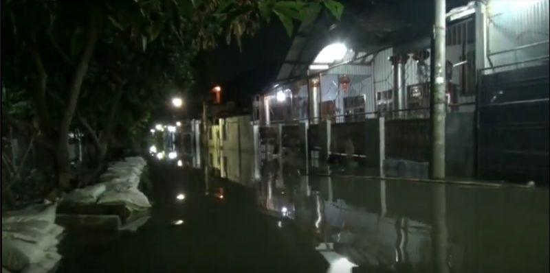 https: img.okezone.com content 2020 02 28 338 2175643 permukiman-warga-di-periuk-tangerang-banjir-pengungsi-butuh-makanan-WMMVdNMsRq.jpg