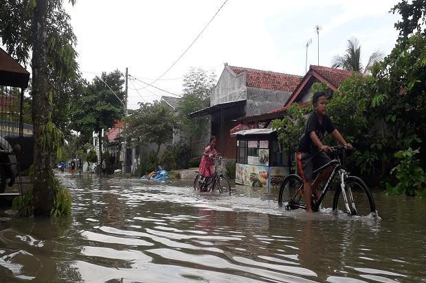 https: img.okezone.com content 2020 02 28 512 2175670 banjir-setinggi-1-meter-rendam-ribuan-rumah-8-desa-di-cilacap-cdhiCTUVyq.jpg