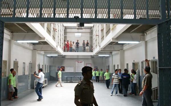https: img.okezone.com content 2020 02 28 525 2175530 polisi-memburu-tahanan-wanita-di-bandung-yang-kabur-jelang-sidang-BskGITepwB.jpg