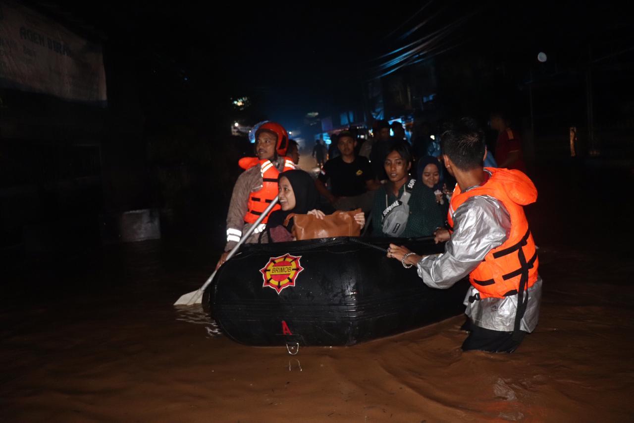 https: img.okezone.com content 2020 02 28 525 2175858 banjir-kepung-kabupaten-sumedang-1LQ7rESJgT.jpg