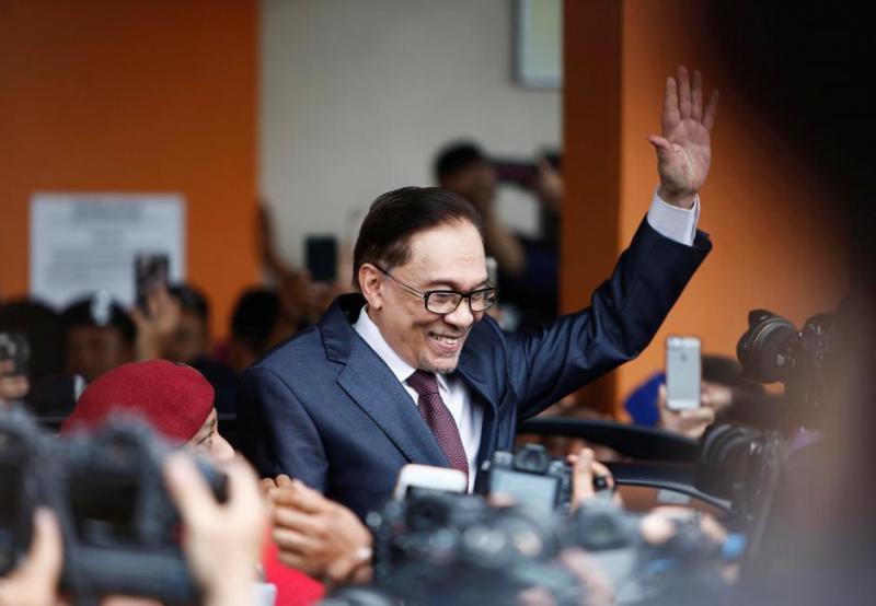 https: img.okezone.com content 2020 02 29 18 2176215 muhyiddin-yassin-jadi-pm-malaysia-buyar-sudah-mimpi-anwar-ibrahim-uxSmLgBelh.jpg