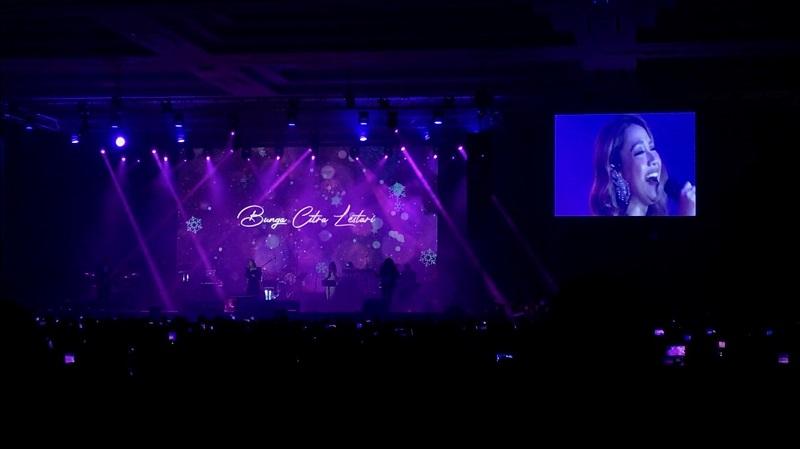 https: img.okezone.com content 2020 02 29 205 2176262 nyanyi-cinta-sejati-di-konser-ronan-keating-bcl-hampir-menangis-BBWZsy3nct.jpg