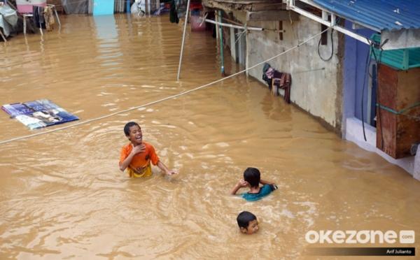 https: img.okezone.com content 2020 02 29 338 2176146 cerita-warga-kampung-pulo-hidup-berdampingan-dengan-banjir-i2wvqZzY5m.jpg