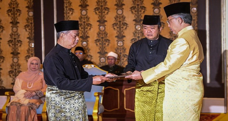 https: img.okezone.com content 2020 03 01 18 2176365 muhyiddin-yassin-resmi-disumpah-jadi-pm-baru-malaysia-paWdM5OHUf.jpg