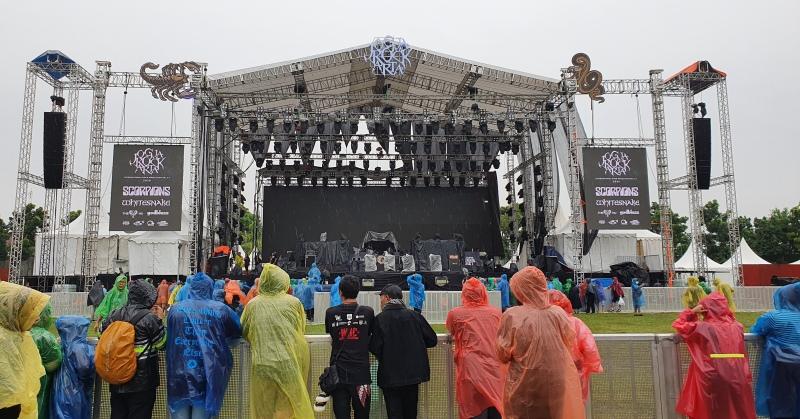 https: img.okezone.com content 2020 03 01 205 2176491 hujan-penonton-tetap-antusias-tonton-konser-scorpion-dan-whitesnake-JvOBAi2cik.jpg