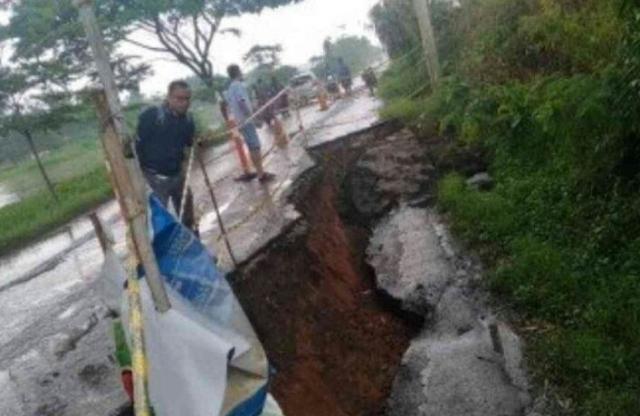 https: img.okezone.com content 2020 03 02 338 2176742 diguyur-hujan-deras-jalan-di-cikarang-pusat-ambles-sedalam-2-meter-71Q1ZJOKk5.jpg
