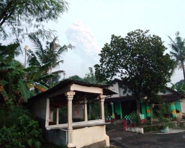 https: img.okezone.com content 2020 03 03 512 2177231 warga-lereng-gunung-merapi-tetap-tenang-ketika-terjadi-erupsi-0VeSDbRC86.jpg