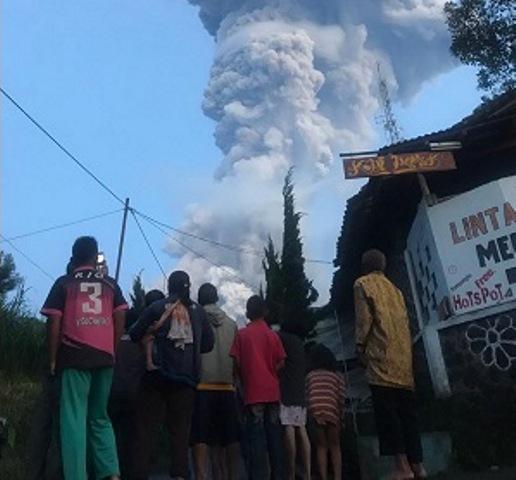 https: img.okezone.com content 2020 03 03 512 2177428 warga-klaten-nonton-bareng-ketika-terjadi-erupsi-gunung-merapi-vzc41Y0yt4.jpg