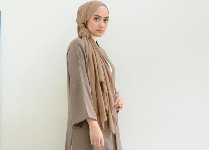 https: img.okezone.com content 2020 03 03 617 2177314 inspirasi-gaya-hijab-untuk-ke-kantor-rapi-dan-modis-fXt0UJOwB5.jpg