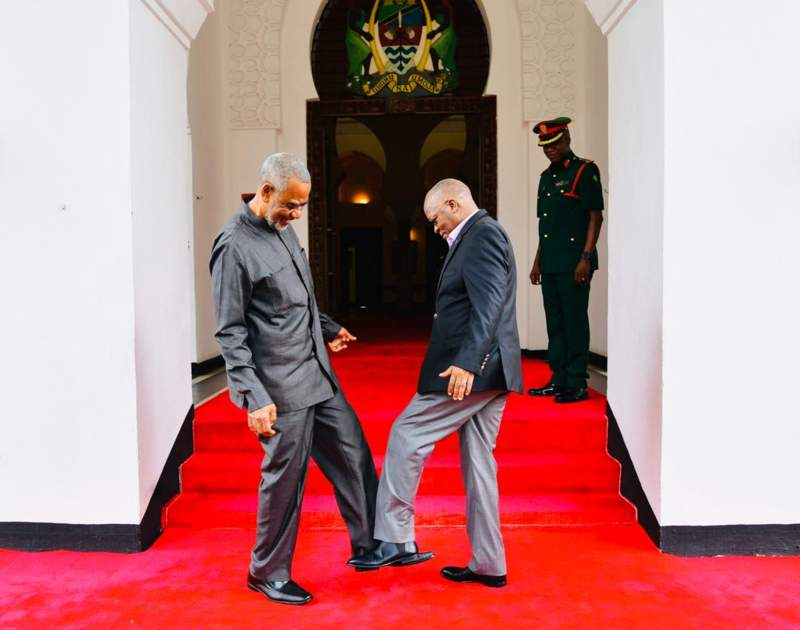 https: img.okezone.com content 2020 03 04 18 2177979 gara-gara-virus-korona-presiden-tanzania-ganti-jabat-tangan-dengan-salam-kaki-A7WWbuk9Vy.jpg