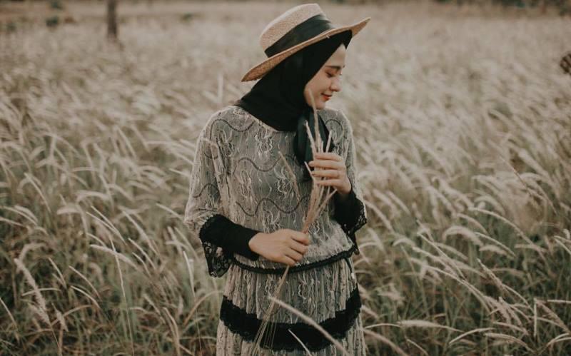 https: img.okezone.com content 2020 03 05 617 2178564 intip-3-gaya-hijab-bak-putri-raja-saat-jalan-jalan-wvAZt5vwS7.jpg