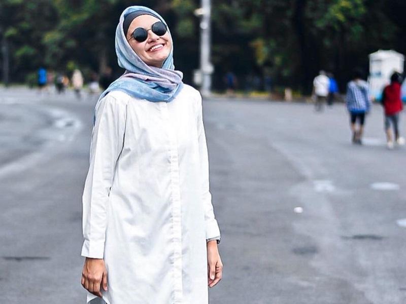 https: img.okezone.com content 2020 03 06 617 2179160 inspirasi-padupadan-hijab-dengan-kemeja-ala-zeezee-shahab-santai-dan-modis-4phAgNdILV.jpg
