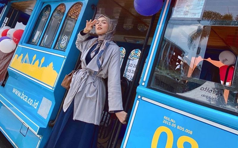 https: img.okezone.com content 2020 03 06 617 2179187 3-gaya-hijab-bernuansa-biru-tua-yang-bikin-kamu-makin-kece-EgJYgmEkWD.jpg
