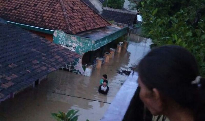 https: img.okezone.com content 2020 03 07 525 2179657 sering-banjir-25-sungai-di-kabupaten-cirebon-belum-dinormalisasi-zR5wOJezCI.jpg