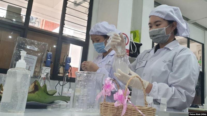 https: img.okezone.com content 2020 03 07 56 2179761 mahasiswa-ubaya-bikin-hand-sanitizer-antisipasi-virus-korona-qNUWTdumnd.jpg