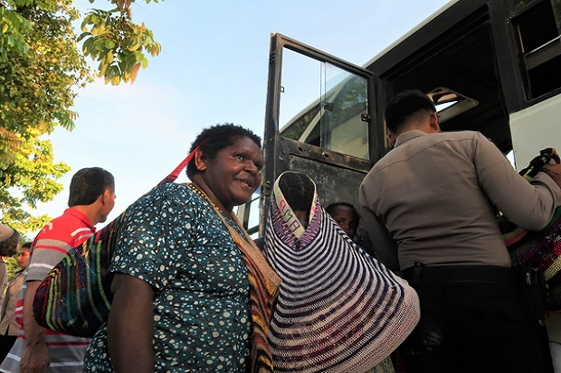 https: img.okezone.com content 2020 03 08 340 2179941 takut-baku-tembak-kkb-vs-tni-polri-ratusan-warga-di-tembagapura-papua-mengungsi-hzIhAiflIG.jpg