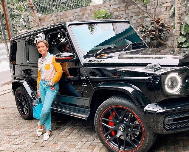 https: img.okezone.com content 2020 03 08 52 2180103 mobil-suv-hitam-ini-jadi-favorit-maia-estianty-iZk6ZKDyPt.jpeg