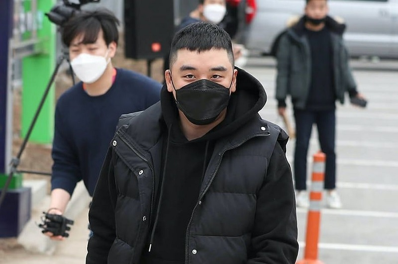 Pakai Masker Hitam, Seungri Mulai Jalani Wajib Militer