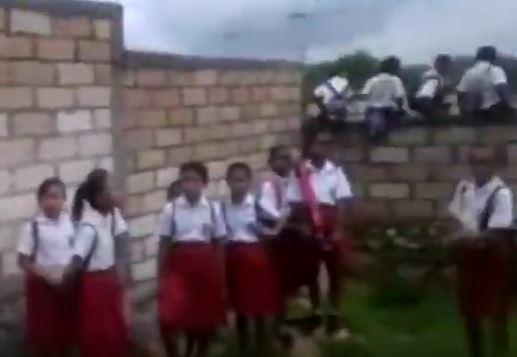 https: img.okezone.com content 2020 03 09 340 2180234 viral-murid-sd-di-kupang-harus-susah-payah-panjat-tembok-demi-ke-sekolah-mOfFRlxIsQ.JPG