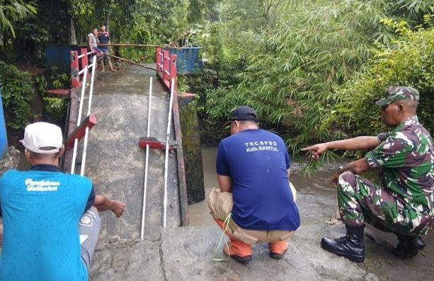 https: img.okezone.com content 2020 03 09 510 2180413 jembatan-di-bantul-ambruk-warga-terpaksa-memutar-1-kilometer-RsF7QmzfsJ.JPG