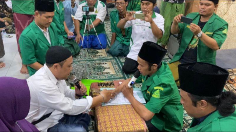 https: img.okezone.com content 2020 03 09 614 2180392 belajar-islam-dari-sahabat-pria-ini-ucapkan-syahadat-IOi9wwwUJF.jpg
