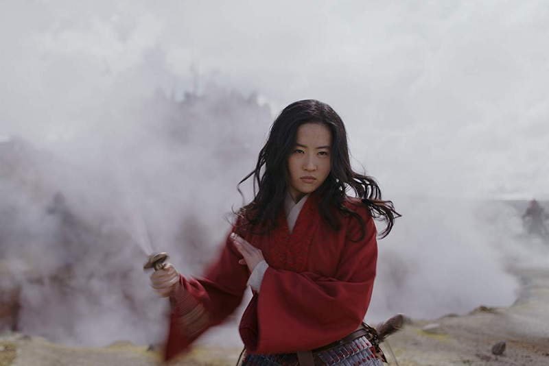 https: img.okezone.com content 2020 03 10 206 2181144 puji-akting-liu-yifei-di-mulan-sutradara-aku-menemukan-pejuang-RBa9hM6NcB.jpg