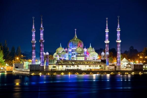 https: img.okezone.com content 2020 03 10 615 2180927 unik-dan-cantik-masjid-kristal-ini-terletak-di-pulau-buatan-zL9VMfXjCa.jpg