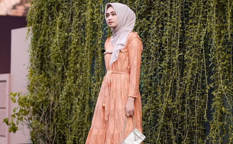 https: img.okezone.com content 2020 03 10 617 2180930 3-gaya-hijab-bernuansa-oranye-bikin-harimu-makin-ceria-kodPO9kAgT.jpg