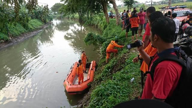 https: img.okezone.com content 2020 03 11 519 2181849 petugas-kesulitan-cari-jasad-pelajar-yang-dibuang-pelaku-begal-ke-sungai-O25oGHv5ac.jpg