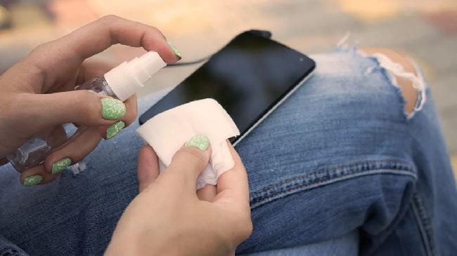 https: img.okezone.com content 2020 03 12 56 2182066 membersihkan-ponsel-untuk-cegah-penyebaran-virus-korona-65GfRBXJc4.jpg