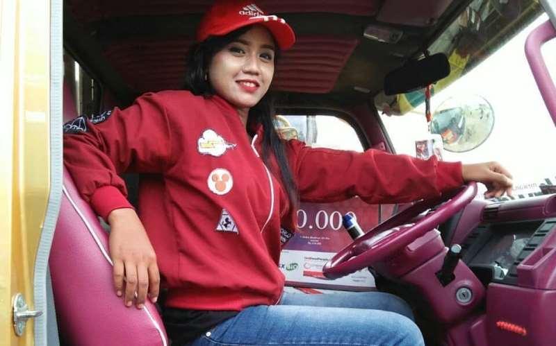https: img.okezone.com content 2020 03 14 196 2183265 5-potret-perempuan-tangguh-yang-rela-jadi-sopir-truk-demi-cari-nafkah-hB0MNQBCsP.jpg