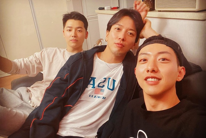 https: img.okezone.com content 2020 03 15 33 2183642 cnblue-unggah-foto-dengan-tiga-member-fans-pertanyakan-lee-jong-hyun-HXZUgBgCFr.jpg