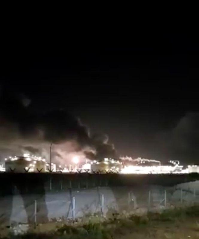 https: img.okezone.com content 2020 03 16 18 2184169 ledakan-di-kompleks-penyulingan-minyak-petronas-lima-orang-tewas-5EYg0zJd2T.jpg