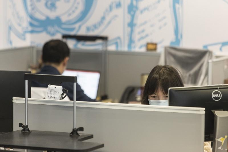 https: img.okezone.com content 2020 03 19 481 2185644 wfh-hambat-penyebaran-virus-corona-bagaimana-karyawan-yang-masih-ke-kantor-UbKA9Xt0AO.jpg