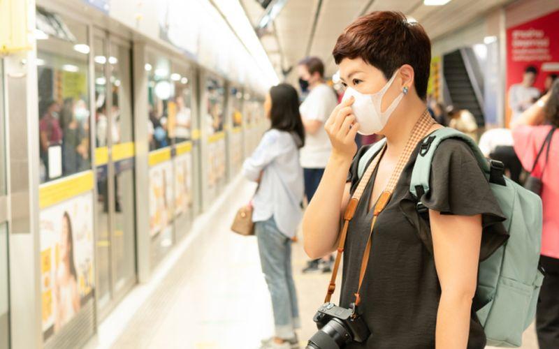 https: img.okezone.com content 2020 03 21 612 2186821 kisah-di-tengah-pandemi-corona-sekali-bersin-serasa-dilirik-satu-gerbong-penumpang-krl-BjOn7zgwLN.jpg