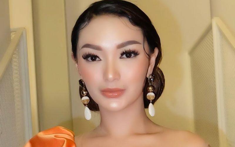 https: img.okezone.com content 2020 03 22 194 2187206 pakai-outfit-mencolok-zaskia-gotik-kulitnya-mulus-banget-DtS7qcK8QN.jpg