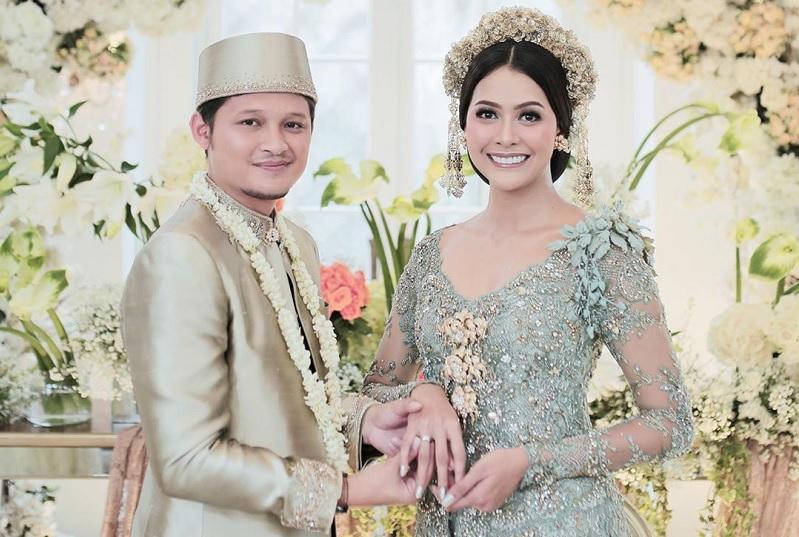 https: img.okezone.com content 2020 03 22 33 2187175 syamsir-alam-bunga-jelitha-gelar-pernikahan-di-tengah-wabah-corona-C3zL4o5JOC.jpg