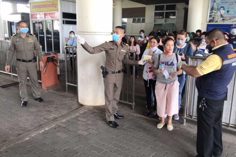 https: img.okezone.com content 2020 03 23 18 2187955 bangkok-lockdown-pekerja-migran-berebut-melintasi-perbatasan-kdcAc7qsOT.jpg