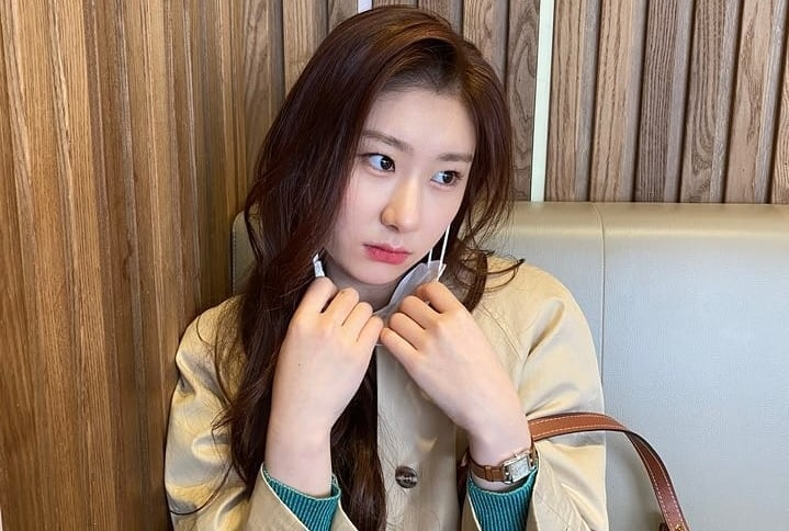 https: img.okezone.com content 2020 03 23 205 2187627 kaget-letupan-confetti-chaeryeong-itzy-jatuh-di-panggung-zYPkx6Mxmx.jpg