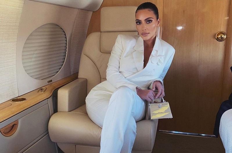 https: img.okezone.com content 2020 03 24 33 2188451 kim-kardashian-kecam-taylor-swift-rbHV7AaCbK.jpg