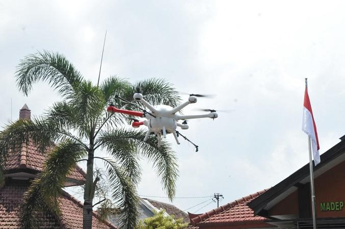 https: img.okezone.com content 2020 03 24 65 2188258 cegah-penyebaran-corona-drone-umm-dikerahkan-semprot-disinfektan-ke-permukiman-padat-rTQadxPF7S.jpg