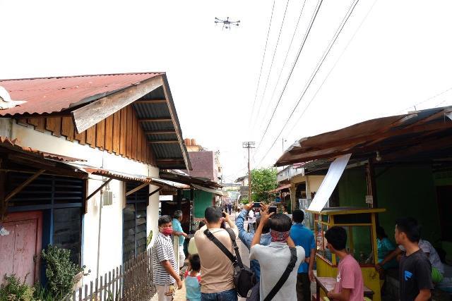 https: img.okezone.com content 2020 03 25 340 2189028 kawasan-padat-penduduk-di-pekanbaru-disemprot-disinfektan-pakai-drone-kvIT0uLZ8h.jpg