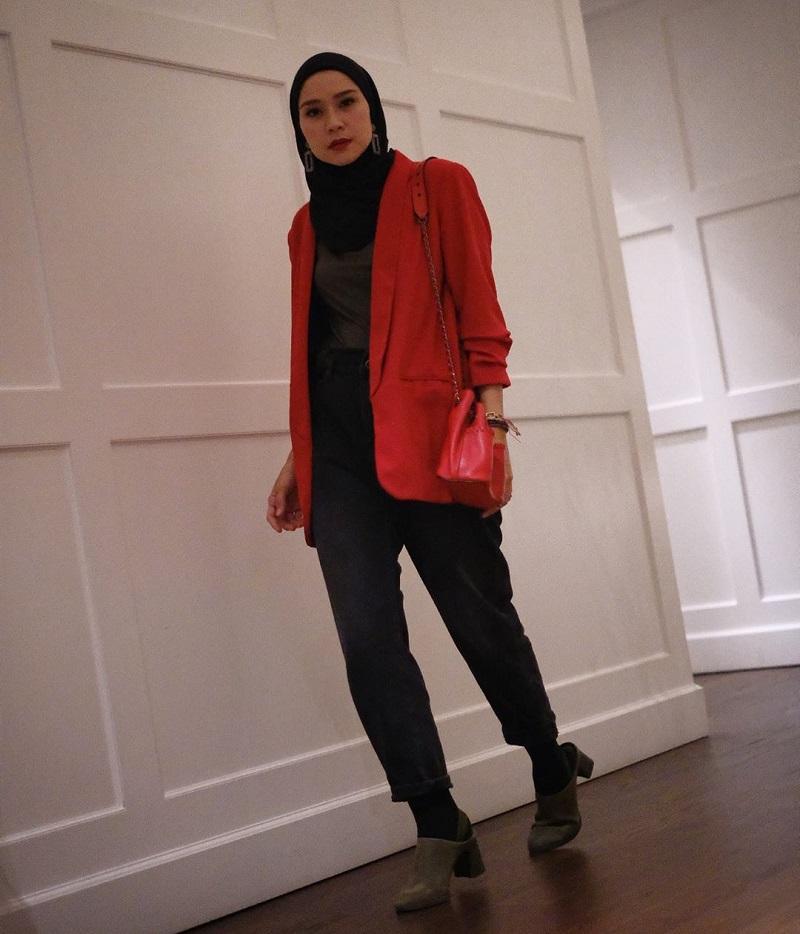 https: img.okezone.com content 2020 03 25 617 2188697 padupadan-hijab-blazer-bikin-kamu-semakin-kece-pBfqRjS0WR.jpg