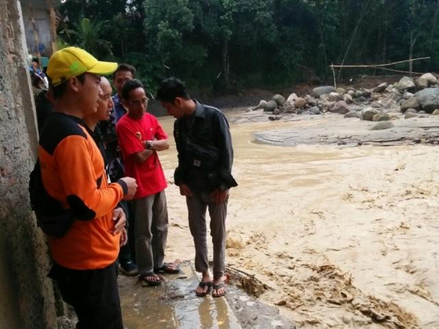 https: img.okezone.com content 2020 03 26 338 2189045 banjir-dan-longsor-kembali-terjang-desa-sukajaya-bogor-cPDA3p90LO.jpg
