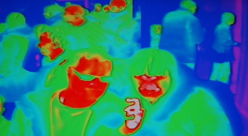 https: img.okezone.com content 2020 03 27 56 2189975 kacamata-pintar-berteknologi-ai-bisa-pantau-suhu-tubuh-DOZUtBUDJL.jpg