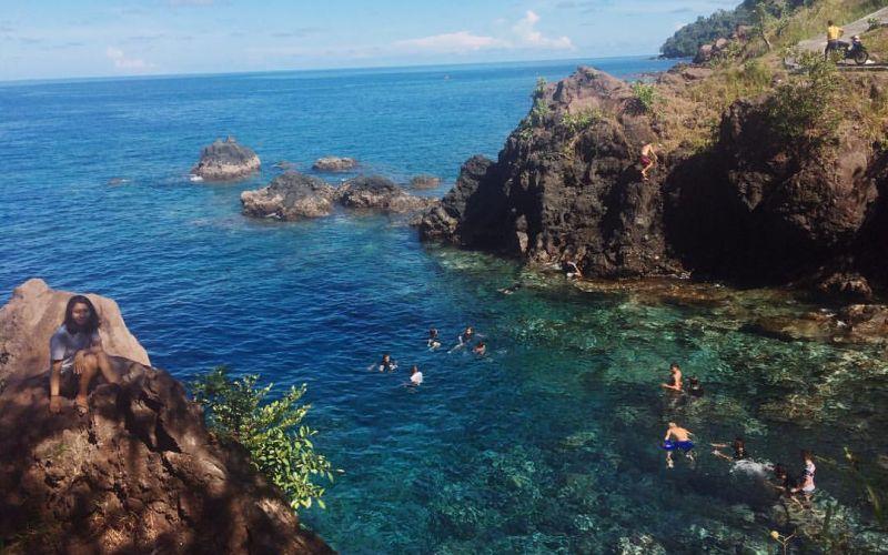 https: img.okezone.com content 2020 03 30 406 2191429 pesona-pantai-air-panas-satu-satunya-di-indonesia-bikin-takjub-X2282LleSS.jpg