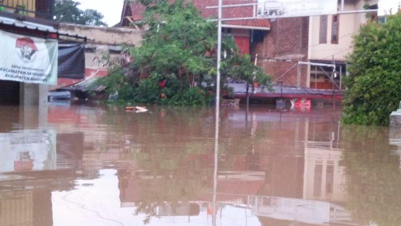 https: img.okezone.com content 2020 03 31 525 2191739 banjir-rendam-9-285-rumah-di-kabupaten-bandung-GuExLD95kb.jpg