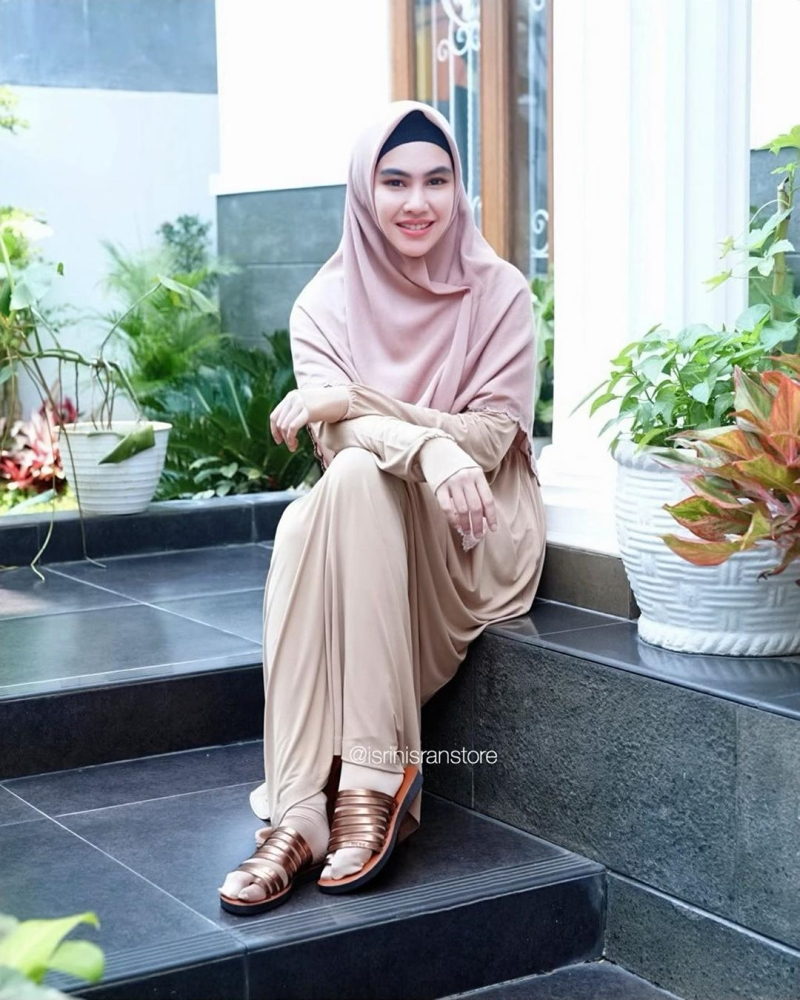 https: img.okezone.com content 2020 03 31 617 2191647 inspirasi-hijab-syar-i-ala-kartika-putri-modis-dan-simpel-Jjmq0ZWqri.jpg