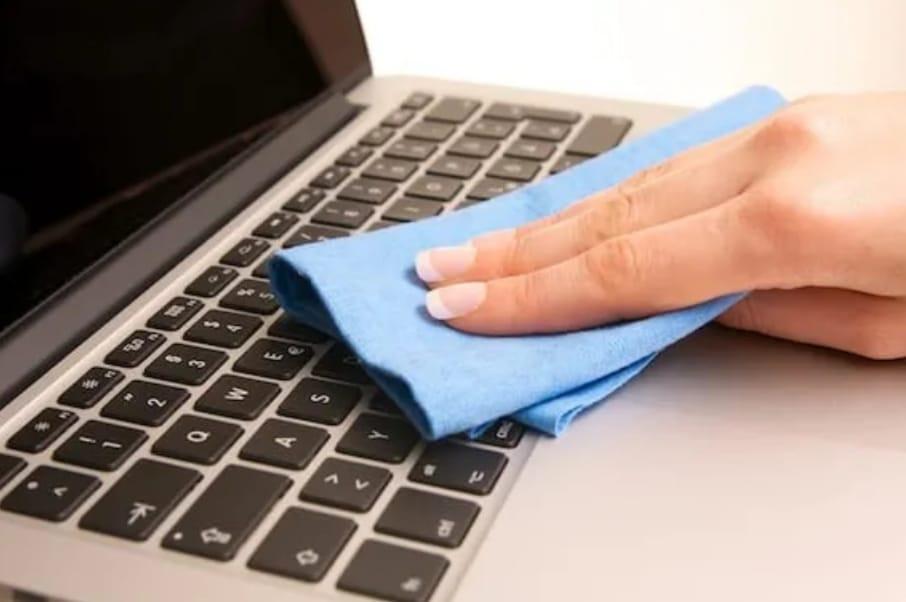 https: img.okezone.com content 2020 04 02 92 2192926 tips-jitu-membersihkan-keyboard-laptop-saat-work-from-home-dVV04j6hNg.jpeg
